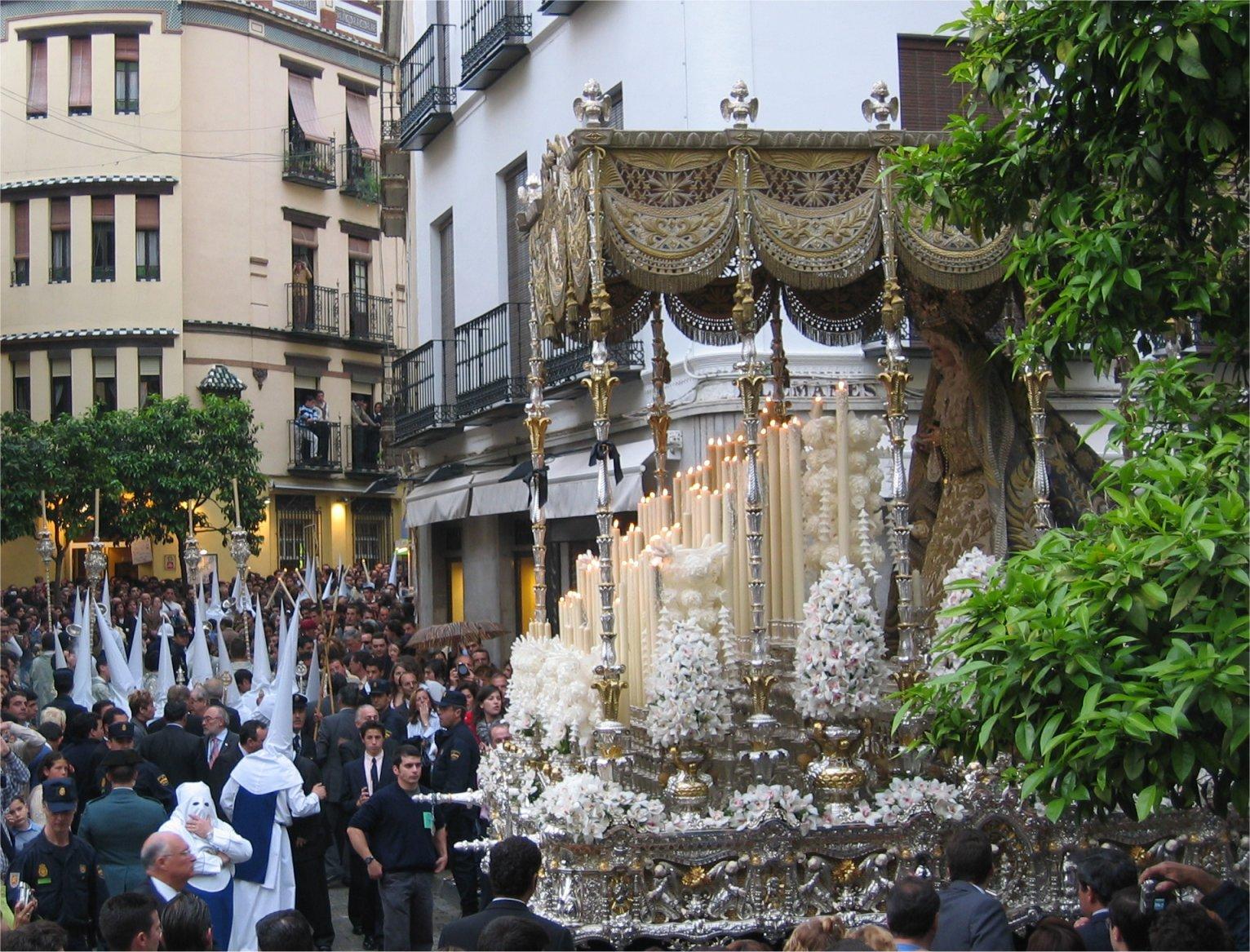 http://www.pvv.org/~erikad/Themepages/Travel/Andalucia/semana_santa/paso_maria.jpg